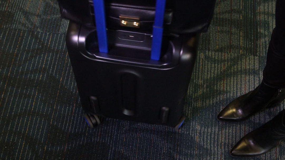 美國航空公司在十二月初公佈相關限制,規定乘客如果要攜帶配有鋰電池充電裝置的智能隨身行李箱搭機,必須確保鋰電池充電裝置可以拿掉,否則就不能帶上機,這項新規定從2018年1月15號開始實行。美國航空表示,乘客可以隨身帶這種行李箱乘飛機,但是電源必須關掉,而且必須確保在客艙行李放置區擁擠情況下,必須將隨身行李拖運時,鋰電池充電裝置可以拆下。航空公司是擔心這種行李箱有失火的危險,如果拖運可能威脅飛行安全,所以做出這項新規定。