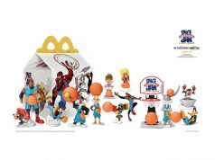 從今天開始,全美各地的粉絲都可拿到獨一無二的快樂兒童餐玩具並且 通過麥當勞應用APP和McDelivery送餐服務參加抽獎贏取服飾的機會