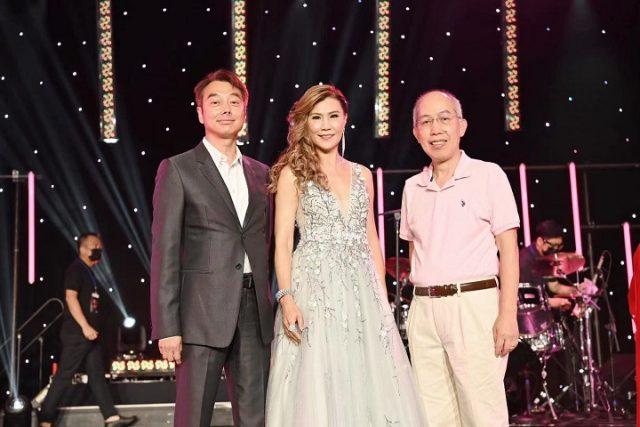 康州金神大賭場亞太遠東市場部副總裁梁世傑(左)和超新星娛樂公司總裁阮健華(右)在舞台上與香港著名歌手雷安娜合照